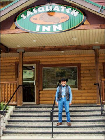 Bob Gimlin in front of Sasquatch Inn